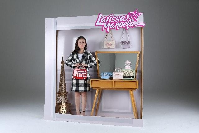 """0b1df8f293b88 A atriz e cantora Larissa Manoela fotografou em São Paulo no Studio Pier 88  para sua nova coleção de bolsas """"Larissa Manoela by Birô""""."""